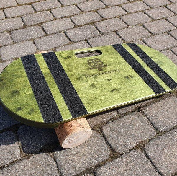 Houten balance board met kurkrol wave groen buiten