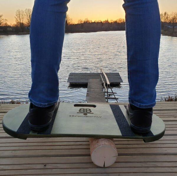 Houten balance board met kurkrol wave groen sfeer