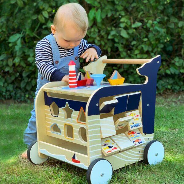 Houten loopwagen met speelelementen