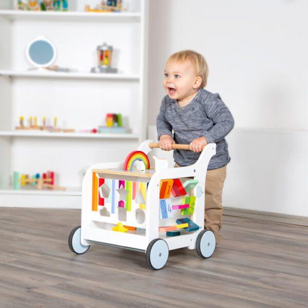 Houten loopwagen met speelelementen wit sfeer